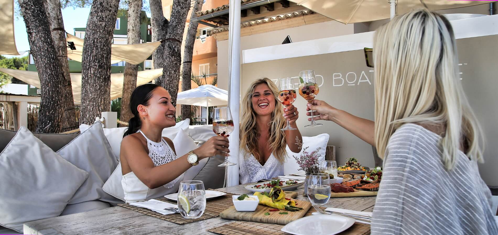 Exclusive Beach Club in Magaluf Restaurant Dinner Lunch Sunbeds
